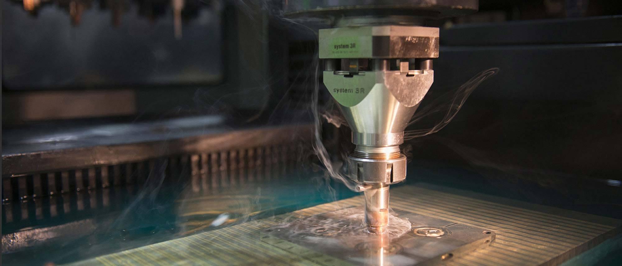 Notre équipe technique fabrique des moules métalliques de précision pesant jusqu'à 1 tonne, pour l'injection de pièces techniques en plastique et en zamak.